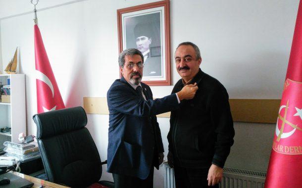 Şubemize Gelerek Kaydını Yaptıran Yeni Üyemiz Em.Kd.Bçvş. Ahmet PULLU'ya TEMAD Rozeti Takma Töreni Gerçekleştirilmiştir.